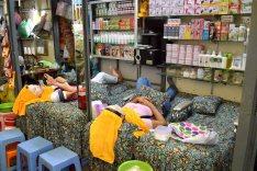 Au milieu des allées du marché, des salons de beauté