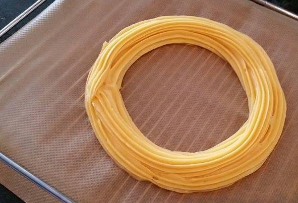 Réalisez 2 cercles de pâte à choux l'un à côté de l'autre, puis un 3e sur le dessus, à cheval entre les 2.