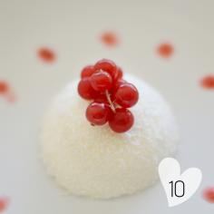 Pannacotta, fruits rouges et coco : https://cookerei.com/2016/12/14/entree-plats-et-dessert-de-noel/