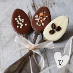 Une idée de cadeau fait maison : de jolies cuillères que l'on trempe dans le chocolat fondu, sur lequel on ajoute quelques toppings... Ne reste plus qu'à placer cette cuillère dans une tasse de lait chaud pour un chocolat divin !